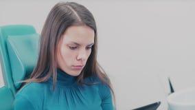 Un dentista Shows una radiografía paciente en la tableta metrajes
