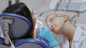 Un dentiste Drills une dent banque de vidéos