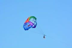 Un deporte del verano - parasailing y barco Imagen de archivo libre de regalías