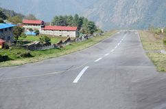 Un des aéroports les plus dangereux dans le monde dans Lukla, le Népal Image libre de droits