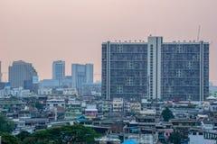 Un des bâtiments serrés dans le secteur de résidence du metrop de Bangkok photographie stock libre de droits
