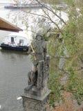 Un des chiffres sculpturaux sur Charles Bridge légendaire à travers la rivière de Vltava à Prague, République Tchèque images libres de droits