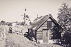Un des nombreux moulins flottant sur les rivi?res de Kinderdijk images stock