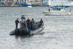 Un des saftyboats suivant le bateau à vapeur Stockholm avec le weddingparty au château de Drottningholms Photos stock