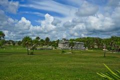Un des temples de Tulum se repose au milieu d'un champ ouvert sous la nébulosité épaisse dans Tulum au Mexique Photographie stock libre de droits
