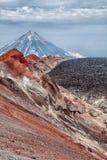Un des volcans actifs du Kamtchatka Les volcans du Kamtchatka fascinent Leur myst?re attire beaucoup de touristes images libres de droits