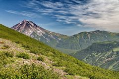 Un des volcans du Kamtchatka Les volcans du Kamtchatka fascinent Leur mystère attire beaucoup de touristes images libres de droits