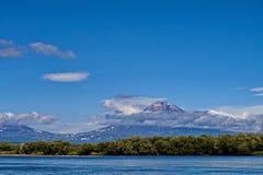 Un des volcans du Kamtchatka Les volcans du Kamtchatka fascinent Leur mystère attire beaucoup de touristes photos stock