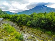 Un des volcans du Kamtchatka Les volcans du Kamtchatka fascinent Leur mystère attire beaucoup de touristes photographie stock