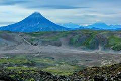 Un des volcans du Kamtchatka Les volcans du Kamtchatka fascinent Leur myst?re attire beaucoup de touristes image stock