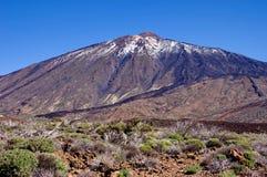 Un des volcans du Kamtchatka Les volcans du Kamtchatka fascinent Leur myst?re attire beaucoup de touristes photographie stock