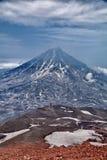 Un des volcans du Kamtchatka Les volcans du Kamtchatka fascinent Leur myst?re attire beaucoup de touristes photo stock