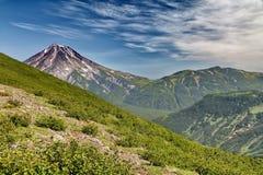Un des volcans du Kamtchatka Les volcans du Kamtchatka fascinent Leur myst?re attire beaucoup de touristes photos stock