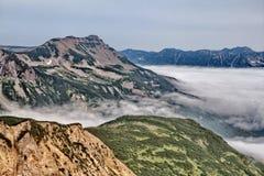 Un des volcans du Kamtchatka Les volcans du Kamtchatka fascinent Leur myst?re attire beaucoup de touristes photographie stock libre de droits