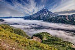 Un des volcans du Kamtchatka Les volcans du Kamtchatka fascinent Leur myst?re attire beaucoup de touristes images libres de droits