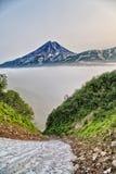 Un des volcans du Kamtchatka Les volcans du Kamtchatka fascinent Leur myst?re attire beaucoup de touristes images stock