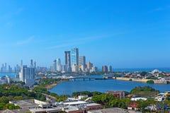 Un desarrollo moderno y un mar del Caribe en Cartagena, Colombia Imagen de archivo libre de regalías