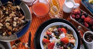 Un desayuno de crepes con las bayas y las frutas secas metrajes