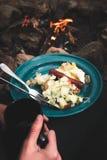 Un desayuno mientras que acampa hecho de la salchicha, de huevos, y de patatas Fotografía de archivo
