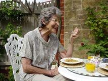 Un desayuno relajado al aire libre Foto de archivo