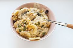Un desayuno sano de la harina de avena, del plátano, de cereales y de arándanos secados Fotografía de archivo