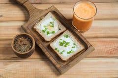 Un desayuno sano el zumo de naranja de los huevos fritos foto de archivo libre de regalías