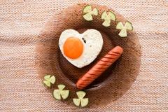Un desayuno temprano de huevos revueltos y de salchichas Foto de archivo libre de regalías