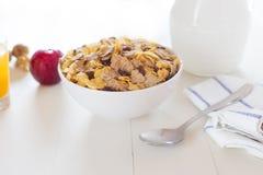 Un desayuno variado por la mañana en blanco Foto de archivo