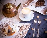 Un dessert chocolaty con un biscotto delicato e un soufflè che si fondono nella bocca Immagine Stock Libera da Diritti