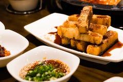 Un dessert cinese - riso glutinoso fritto nel grasso bollente con caramello e il cra Fotografie Stock