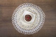Un dessert de chocolat sur le tapis de dentelle Images stock