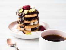Un dessert doux d'une framboise de biscuit de chocolat et d'une tasse de guimauve de café sur une table légère Photo libre de droits