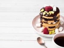 Un dessert doux d'une framboise de biscuit de chocolat et d'une tasse de guimauve de café sur une table légère Images libres de droits
