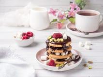 Un dessert doux d'une framboise de biscuit de chocolat et d'une tasse de guimauve de café sur une table légère Image libre de droits