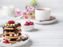 Un dessert doux d'une framboise de biscuit de chocolat et d'une tasse de guimauve de café sur une table légère Photographie stock libre de droits