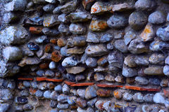 Un detalle de la pared construida de piedras del mar, castillo de Baconsthorpe, Norfolk, Reino Unido del castillo fotografía de archivo libre de regalías