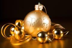 Un detalle de una Navidad decorations.gold Imagen de archivo