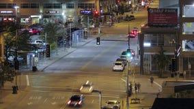 Un detalle del alto ángulo del telephoto tirado de una intersección céntrica de Minneapolis durante una noche de verano almacen de video