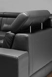 Un detalle del sofá negro fotos de archivo