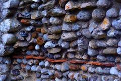 Un dettaglio dalla parete costruita dalle pietre del mare, castello di Baconsthorpe, Norfolk, Regno Unito del castello Fotografia Stock Libera da Diritti