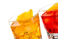 Un dettaglio del cocktail due con la fetta arancio su superiore isolata su fondo bianco Immagini Stock