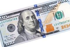 Un dettaglio di cento primi piani della banconota in dollari su fondo bianco Immagine Stock Libera da Diritti