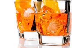 Un dettaglio di due vetri di spritz il cocktail di aperol dell'aperitivo con le fette ed i cubetti di ghiaccio arancio Fotografia Stock Libera da Diritti