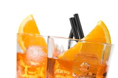 Un dettaglio di due vetri di spritz il cocktail di aperol dell'aperitivo con le fette ed i cubetti di ghiaccio arancio Fotografia Stock