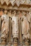 Un dettaglio di tre statue nella cattedrale di Reims immagine stock libera da diritti