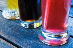 Un dettaglio di tre vetri con l'interim raffreddato delle bevande di frutta di estate Fotografia Stock Libera da Diritti