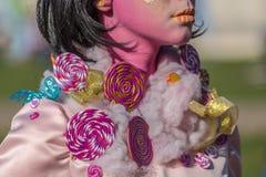 Un dettaglio di una statua vivente di un multicolore della donna vestita Fotografia Stock