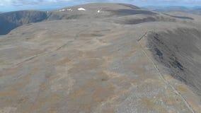 Un di andata aereo rivela il metraggio di un plateau scozzese della sommità con la scogliera enorme nei precedenti 2 video d archivio