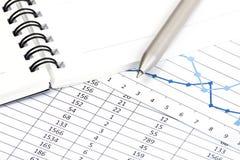 Un diagramma finanziario di affari con una penna che indica a Immagini Stock