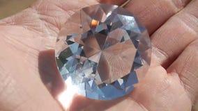 Un diamante grande en la mano del ` s de la muchacha almacen de metraje de vídeo